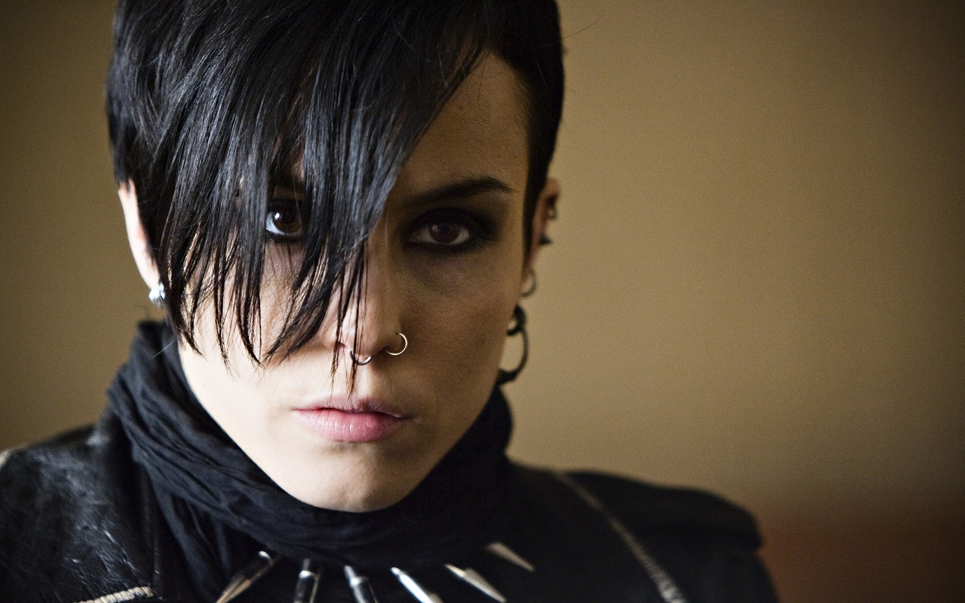 A look into lisbeth salander and the girl with the dragon for Noomi rapace the girl with the dragon tattoo