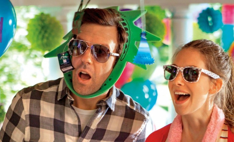 Watch Jason Sudeikis and Alison Brie Try 'Sleeping With Other People' in New Trailer