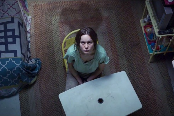 brie-larson-escapes-from-confined-space-in-room